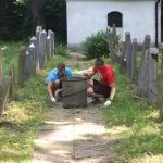 Prace porządkowe na cmentarzu żydowskim w Oświęcimiu